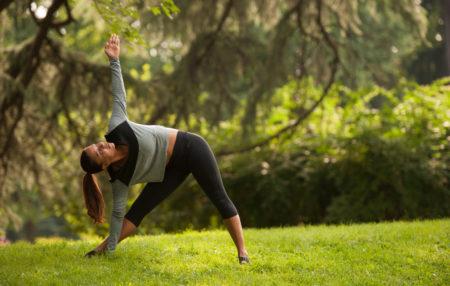 Scopri il Trikonasana: come eseguire questa posizione yoga, quali Chakra stimola e perchè questo asana è così efficace e completo. La mia esperienza!